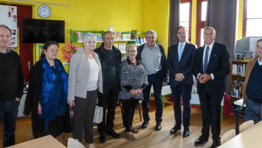 Jean-Claude Luche, Alain Marc, G. Rigal, H. Marty maire et les membres du conseil municipal, Annie Dengreville, présidente de l'Association « Au cœur du livre ».