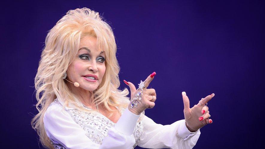 """Dolly Parton fera parler d'elle le 22 novembre prochain avec la série """"Heartstrings""""."""