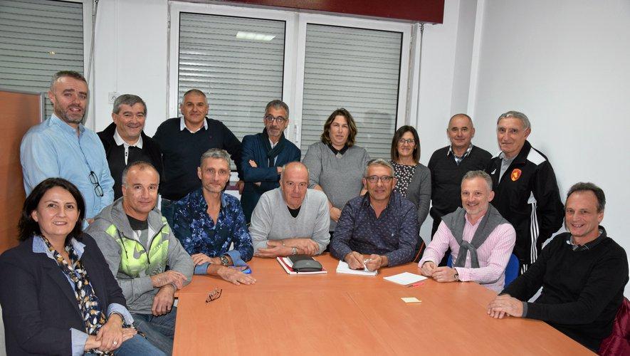 Entouré de la quasi totalité de son comité directeur, Daniel Romulus (assis, 3e à partir de la droite) est le nouveau président de l'association Rodez Aveyron football.