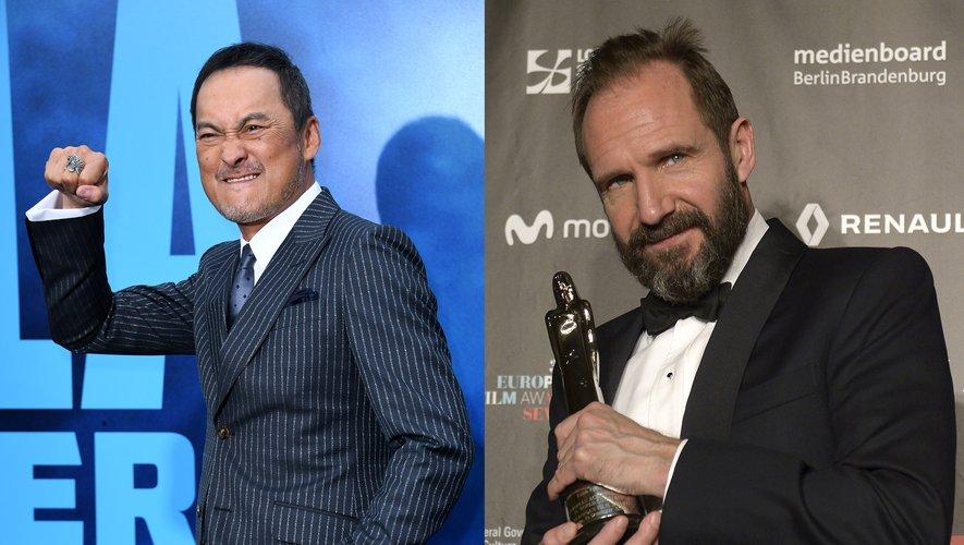 """Ralph Fiennes (à droite) reprendra son rôle de M dans le prochain James Bond, """"Mourir peut attendre"""", en salles le 8 avril 2020 en France. A gauche, l'acteur Ken Watanabe"""