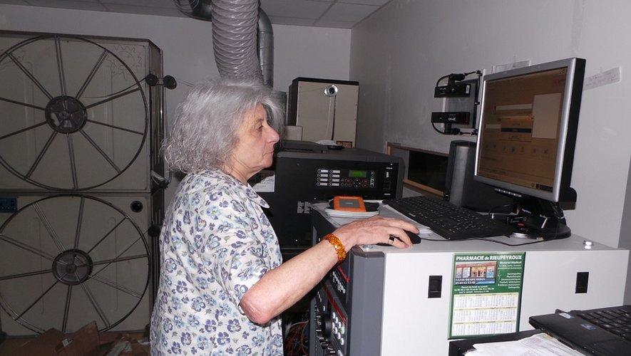 Françoise Rudelle en cabine de projection.