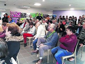 Beaucoup de monde dans la salle à l'heure des discours.