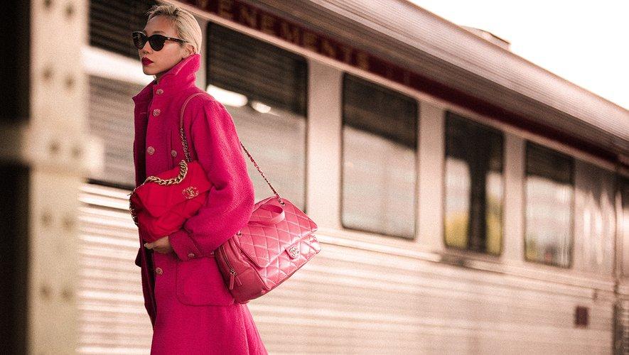 Soo Joo Park porte les créations de la collection Croisière 2019-2020 de Chanel.