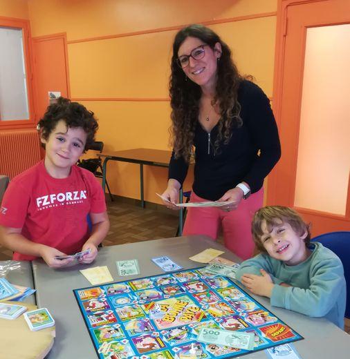 Sandra, animatrice du Pôle Famille, avec les premiers arrivants de la séance « jeux » de mercredi matin.