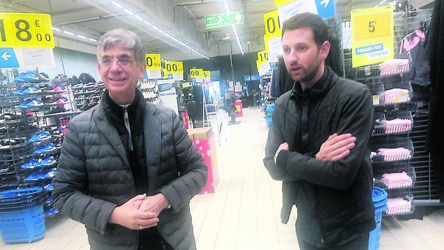 Le maire, Serges Roques, et le directeur du Décathlon villefranchois, Laurent Mittelberger, dans les rayons.