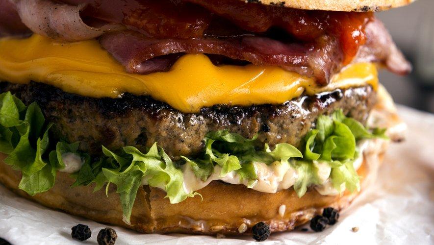 La hausse de la consommation individuelle apparente s'appuie sur une envolée de la consommation de viande hors domicile, mise en évidence par FranceAgriMer, perceptible notamment pour la restauration à emporter ou à livrer (burgers, kebab, sandwiches)