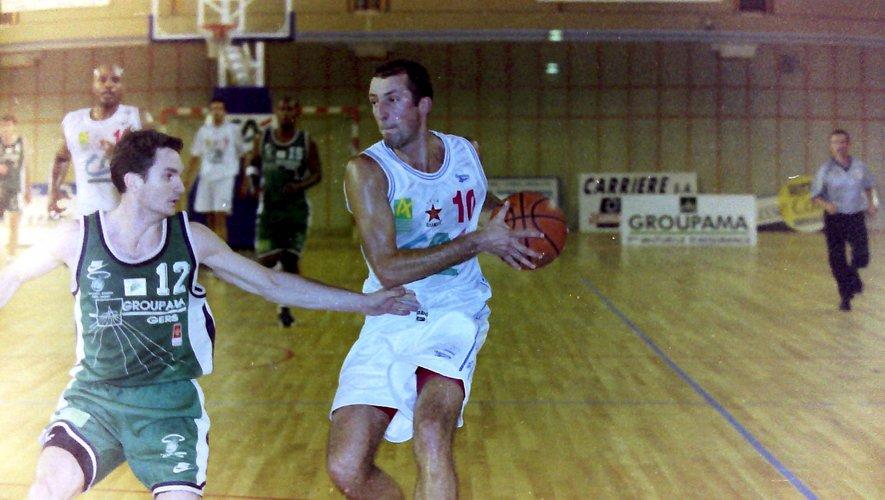 Didier Przygoda, ballon en mains, ici sur le parquet de l'Amphithéâtre de Rodez dans un match de Nationale 1 face  à Valence-Condom, le 16 septembre 2000.Archives Jean-Louis Bories