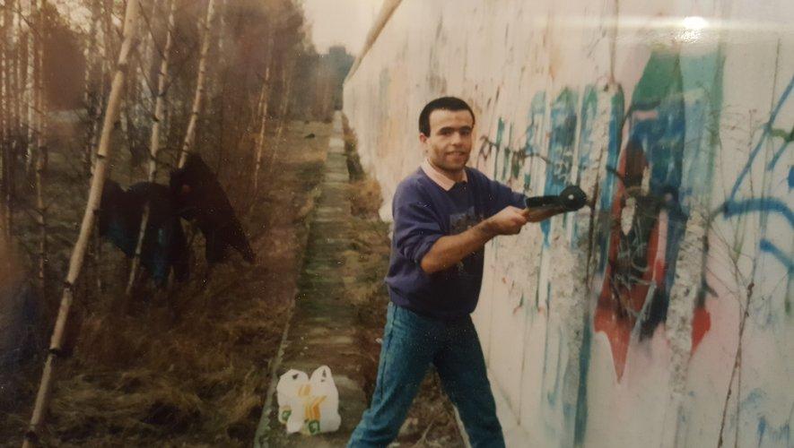 Elian Calmes, 20 ans lors de la chute du mur, a réalisé de nombreux clichés de cet instant historique. On le voit l'escalader, le frapper à coups de marteau et, plus dernièrement, tenant en main un morceau de mur qu'il conserve religieusement.