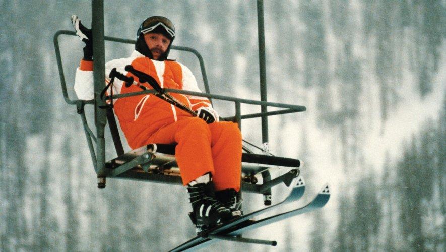 """Jean-Claude Dusse chantant sur un télésiège où il est bloqué pour la nuit, dans """"Les Bronzés font du ski"""""""