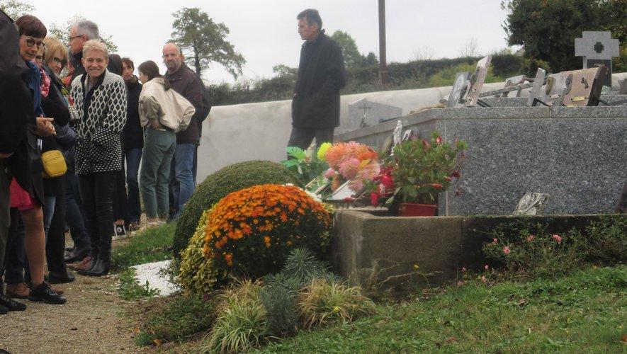 Les personnes se sont rassemblées au cimetière pour Toussaint