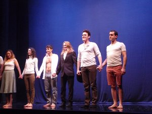 Les 7 jeunes comédiens de l'Atelier théâtre de la Cité de Toulouse. FEG