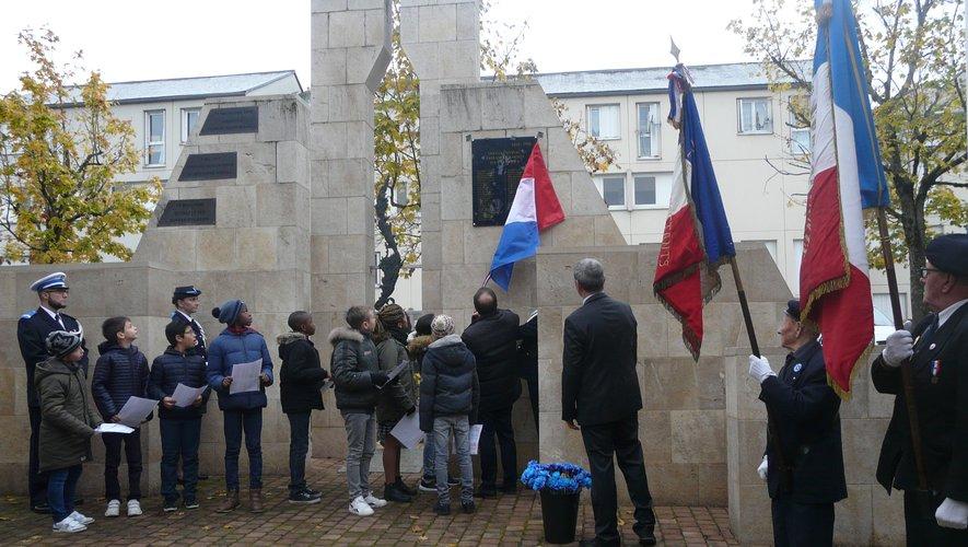 Les écoliers des Genêts dévoilent la plaque avec le maire.