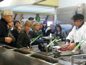 Le chef Henri Paulhe avec le groupe de participants cuisiniers.