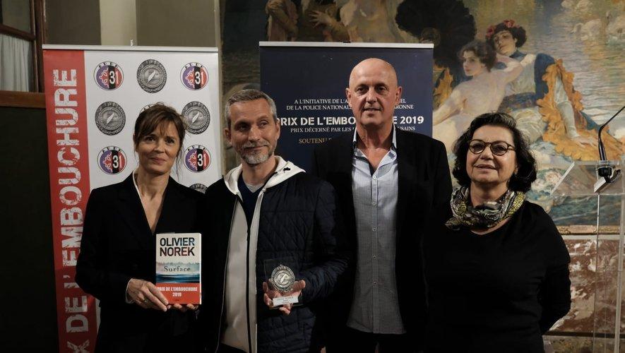 Olivier Norek entouré de l'actrice d'Engrenages Caroline Proust, du commandant de la PJ de Toulouse Pascal Passamonti, et Laurence Katzenmayer, adjointe.