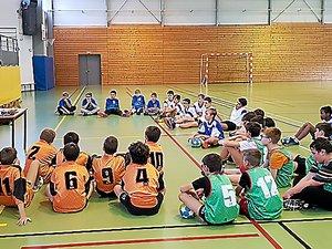Les dernières consignes aux jeunes joueurs avant l'entame des matchs.