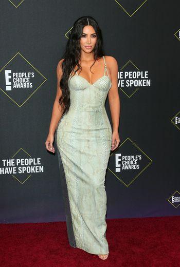 Kim Kardashian a fait sensation dans une longue robe vintage Versace, avec de fines bretelles ornées de détails or. Santa Monica, le 10 novembre 2019.