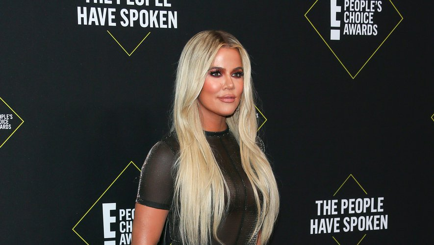 Khloé Kardashian est apparue blonde, arborant une longue robe semi-transparente et fendue jusqu'au niveau du haut de la cuisse, signée LaQuan Smith. Santa Monica, le 10 novembre 2019.