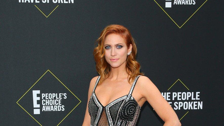 L'actrice Brittany Snow a opté pour la fluidité d'une longue robe noire agrémentée d'éléments argentés, signée Temperley London. Santa Monica, le 10 novembre 2019.