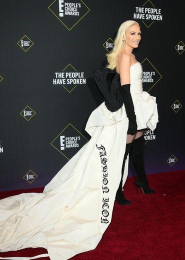 Passionnée de mode, Gwen Stefani a fait une arrivée remarquée dans une mini-robe Vera Wang agrémentée d'une imposante traîne et d'un noeud dans le dos. Santa Monica, le 10 novembre 2019.