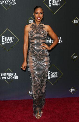 Kelly Rowland a fait tourner des têtes dans cette longue robe droite semi-transparente signée Iris van Herpen. Santa Monica, le 10 novembre 2019.