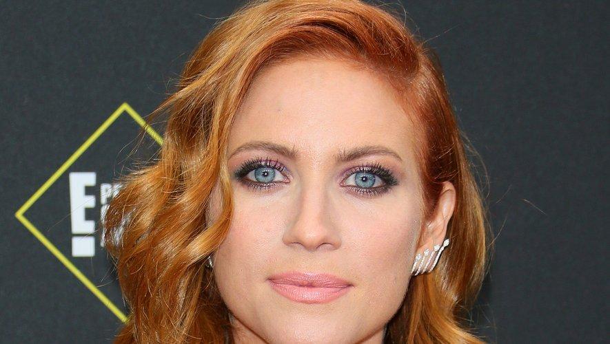 Fard métallisé, bouche givrée et coiffure ondulée : Brittany Snow était assurément rayonnante sur le tapis rouge.