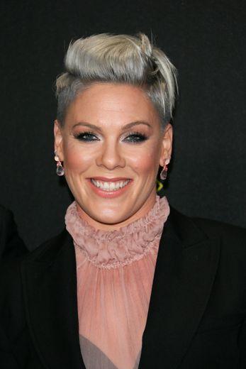 La chanteuse Pink reste chic en fard métallisé et bouche brillante sans se départir de sa célèbre coupe de cheveux.