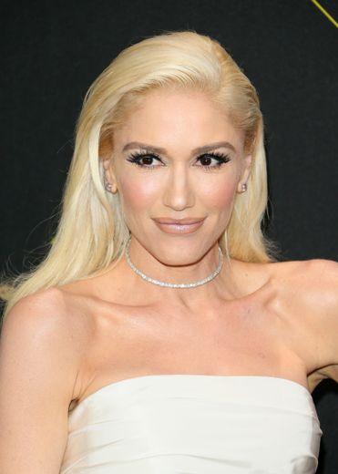 Gwen Stefani troque sa célèbre bouche rouge pour une nuance caramel clair, préférant mettre l'accent sur le regard en s'aidant d'une belle dose de mascara.