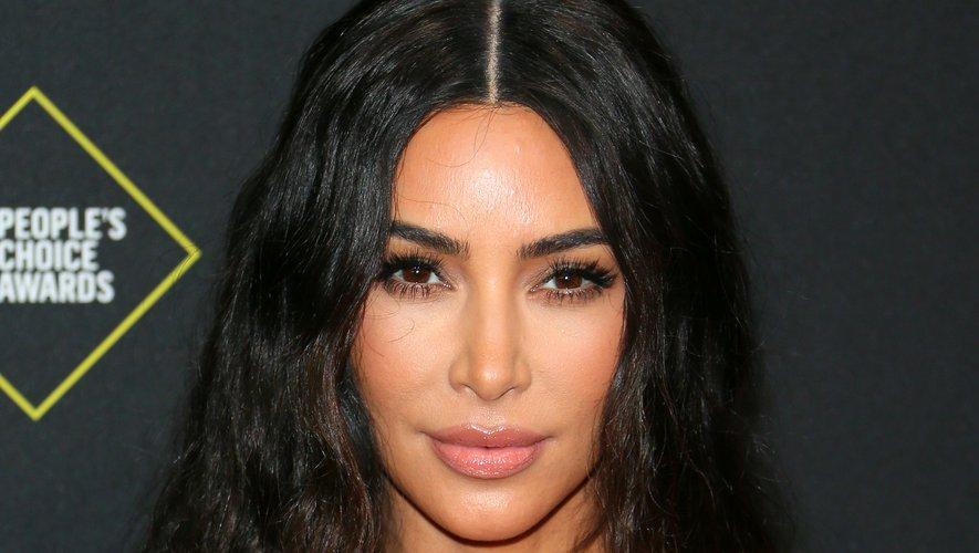Kim Kardashian fait le choix d'un maquillage neutre et d'une coiffure texturisée.