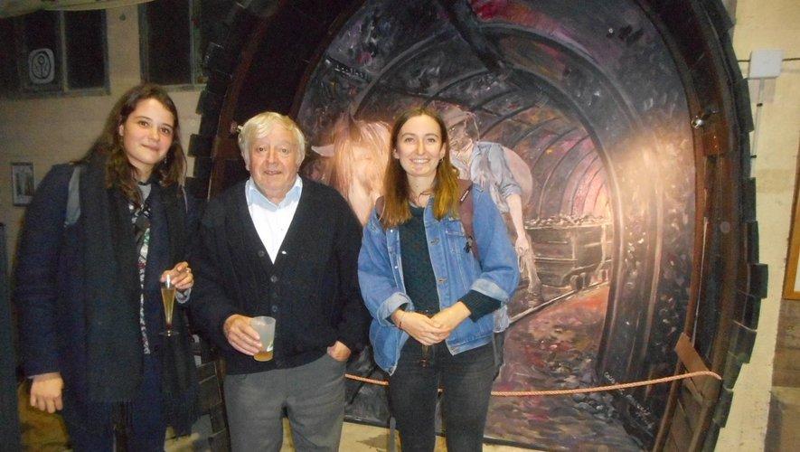 Michel Herranz entouré par Adèle Virot et Esther Drevelle.
