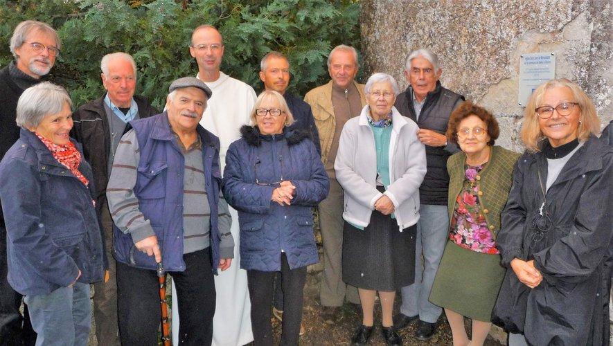Les membres du conseil d'administration de l'association lors de l'inauguration  de la plaque commémorative du prix départemental.
