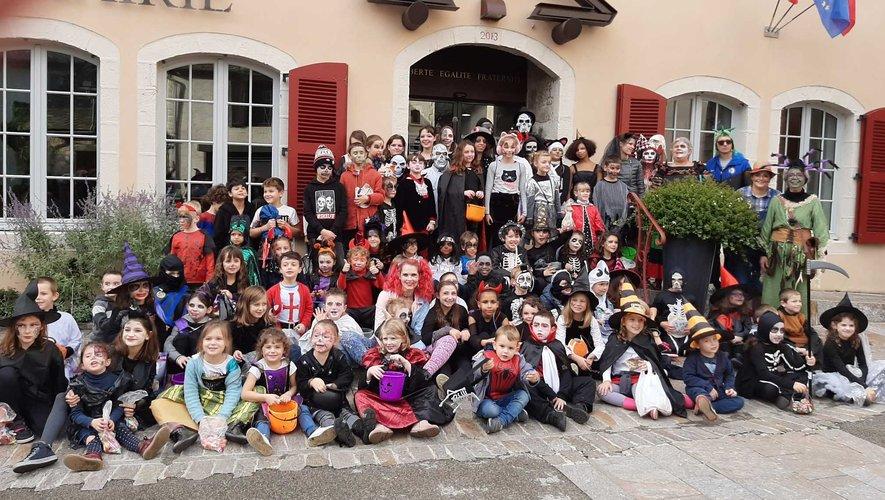 Les enfants déguisés pour Halloween, devant la mairie.