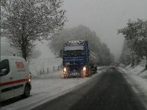 C'est compliqué sur la RD911 ce jeudi matin où des camions sont bloqués.
