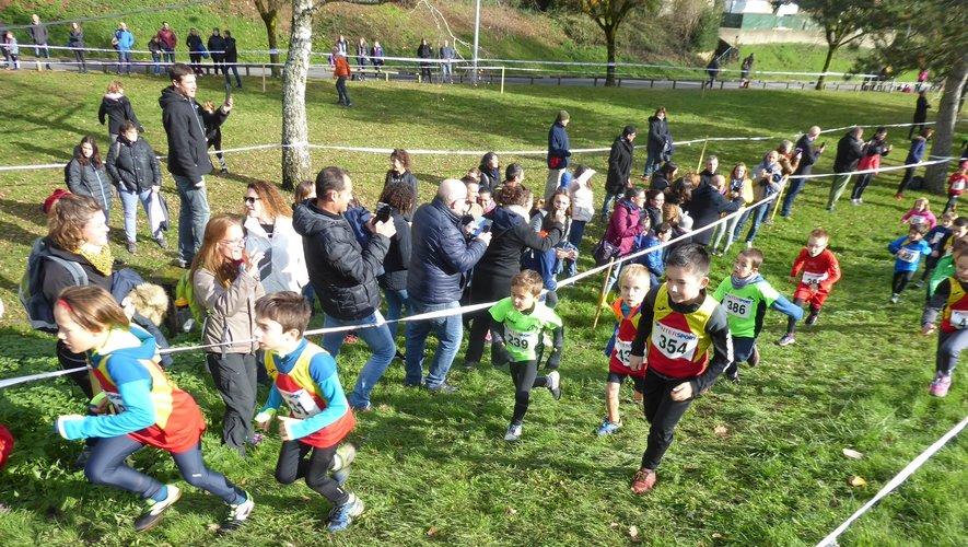 Les éveils athlétiques encouragés par leurs éducateurs et leurs parents.