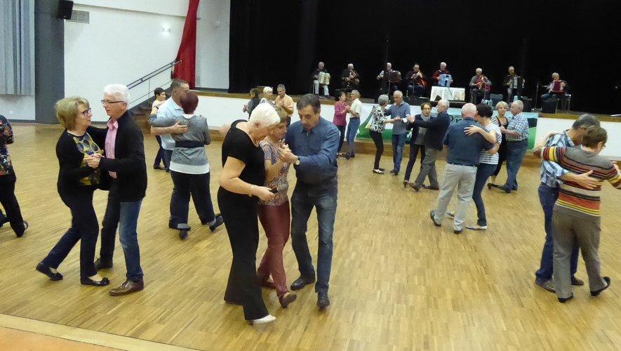 Ils sont nombreux à participer à ces initiations aux danses d'antan animées par Ghislaine Soulié..