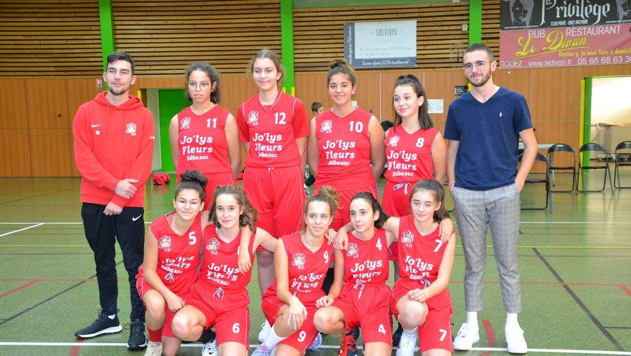 Les U15 filles, encadrées par leurs coachs, Hugo et Mathis.