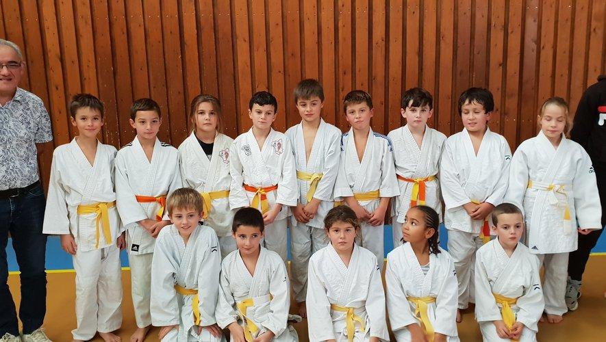 Les judokas espalionnais et laguiolais encadrés par Roland et Quentin.