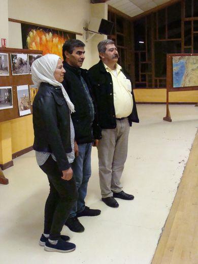 Victor Fallouh pose avec Roshana et Daban Mohamad