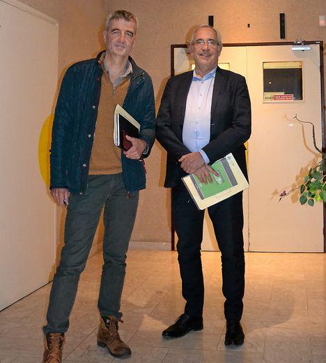 Le Dr Jacob et Didier Bourdon se félicitent du A obtenu par l'hôpital, pour sa qualité, après la visite de certification en février.
