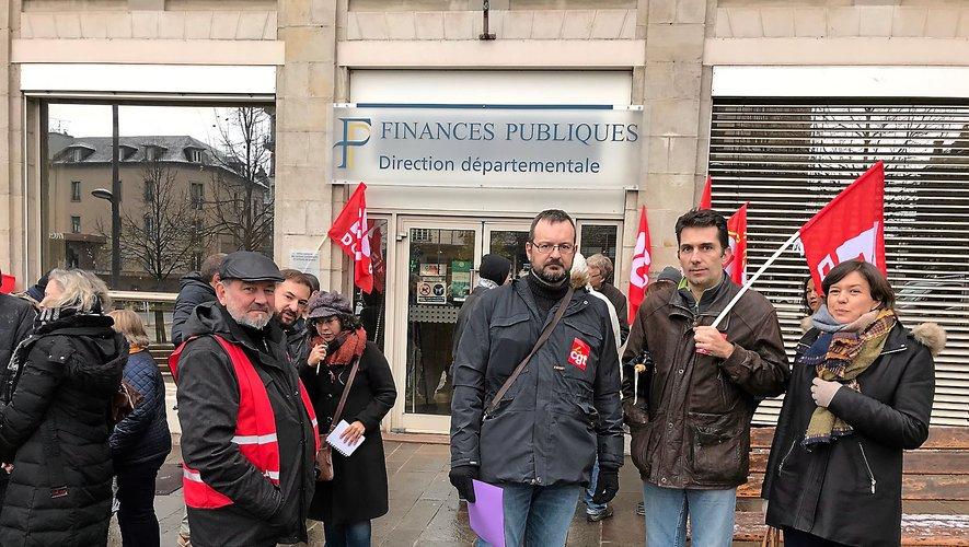 Les trois délégués syndicaux aux côtés des agents manifestant jeudi matin à Rodez.