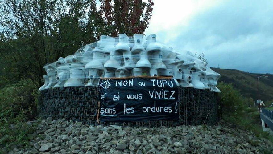 Le totem des opposants au projet Solena  a été réalisé en bordure de la RD 840, à Viviez.