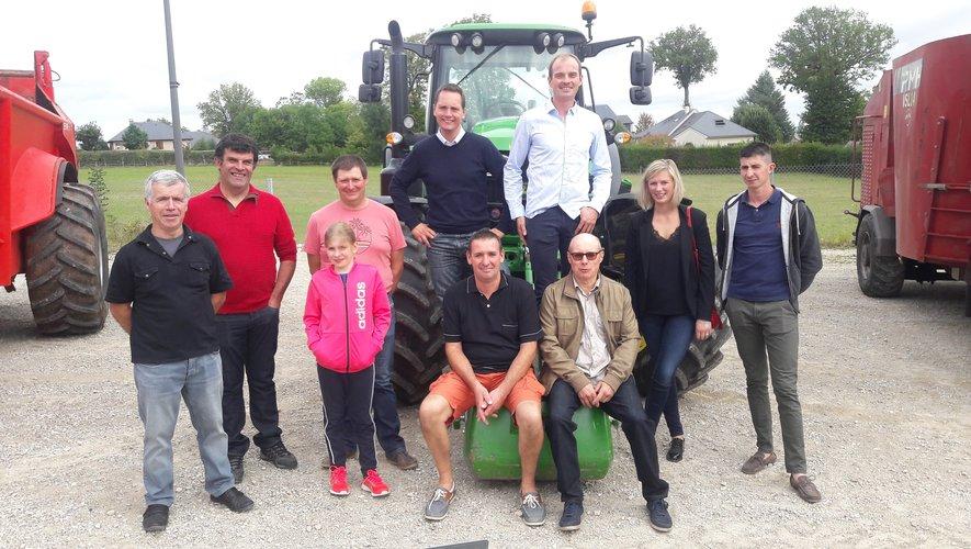 Les membres du bureau de la CUMA Luc-Lax devant l'exposition de matériel agricole.