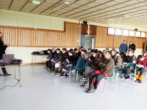 Les élèves de Valrance découvraient avec Nicolas Cayssiols, président de la Fédération de Chasse de l'Aveyron, la faune et la flore du causse Comtal.