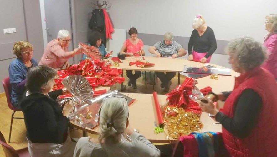 Les bénévoles mettent tout leur cœur pour décorer le village pour les fêtes de Noël.