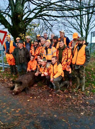 Les chasseurs posent avec leur trophée.