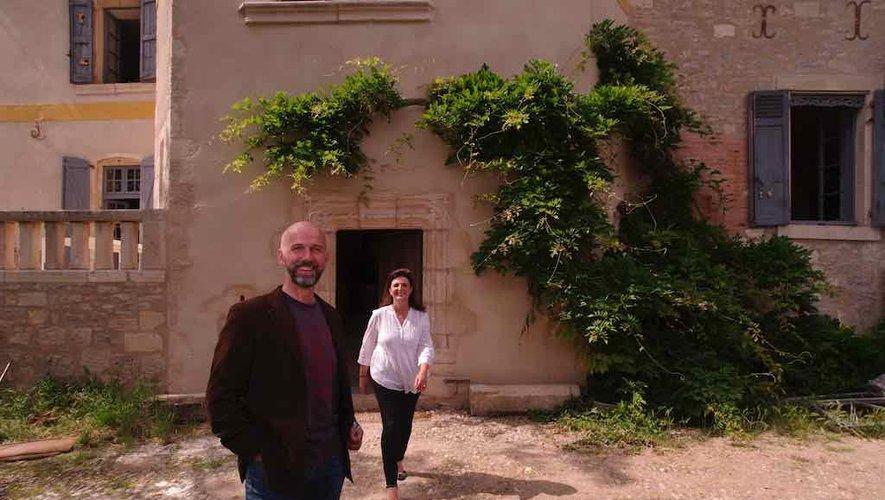 Guillaume et Anne de Colonges  devant le château.