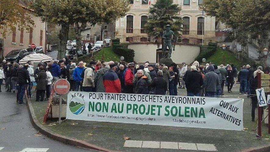 Les opposants au projet Solena se sont retrouvés devant la mairie d'Aubin.