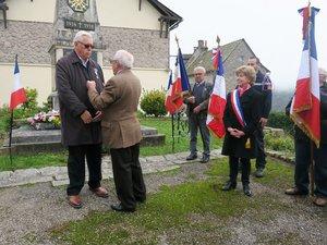 Guy Férez, président de la Fnaca, décore André Sabrazès de la croix des anciens combattants
