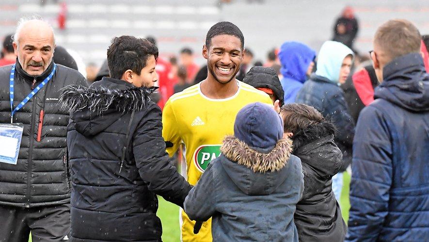 Grégory Coelho, tout sourire au coup de sifflet final, sollicité par de jeunes supporters auscitains.
