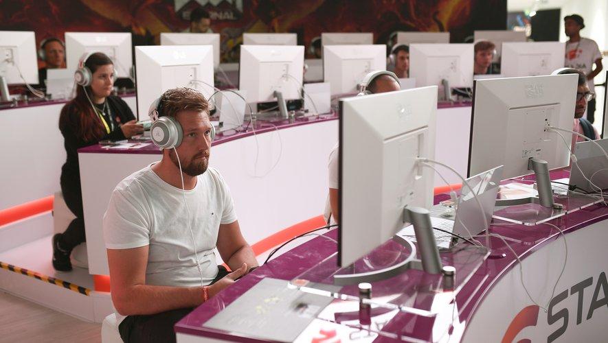Des visiteurs du salon Gamescom qui jouent sur Google Stadia à Cologne, en Allemagne, en août 2019