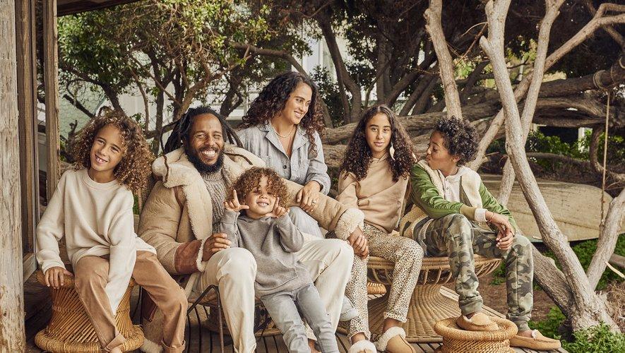 La famille de Ziggy Marley a pris la pose à Malibu pour la campagne de fin d'année de la marque UGG.